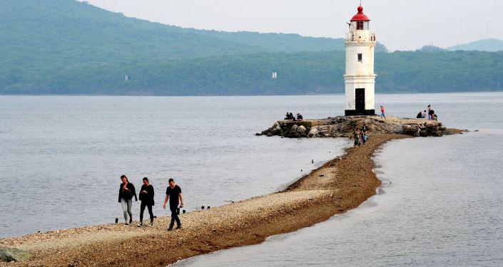 """Odpoczywający na skalistej mierzei przy Tokarewskiej Latarni – symboliczny """"koniec świata"""", gdzie zaczyna się Ocean Cichy."""