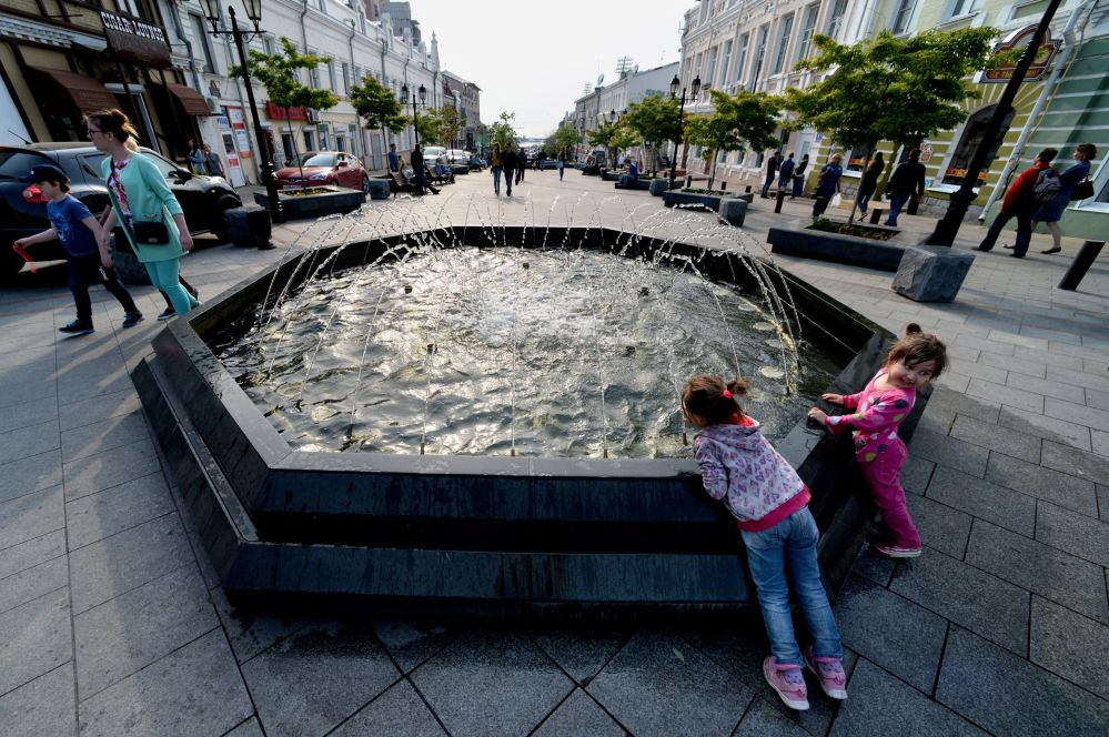 Dzieci przy fontannie na deptaku Fokina we Władywostoku.