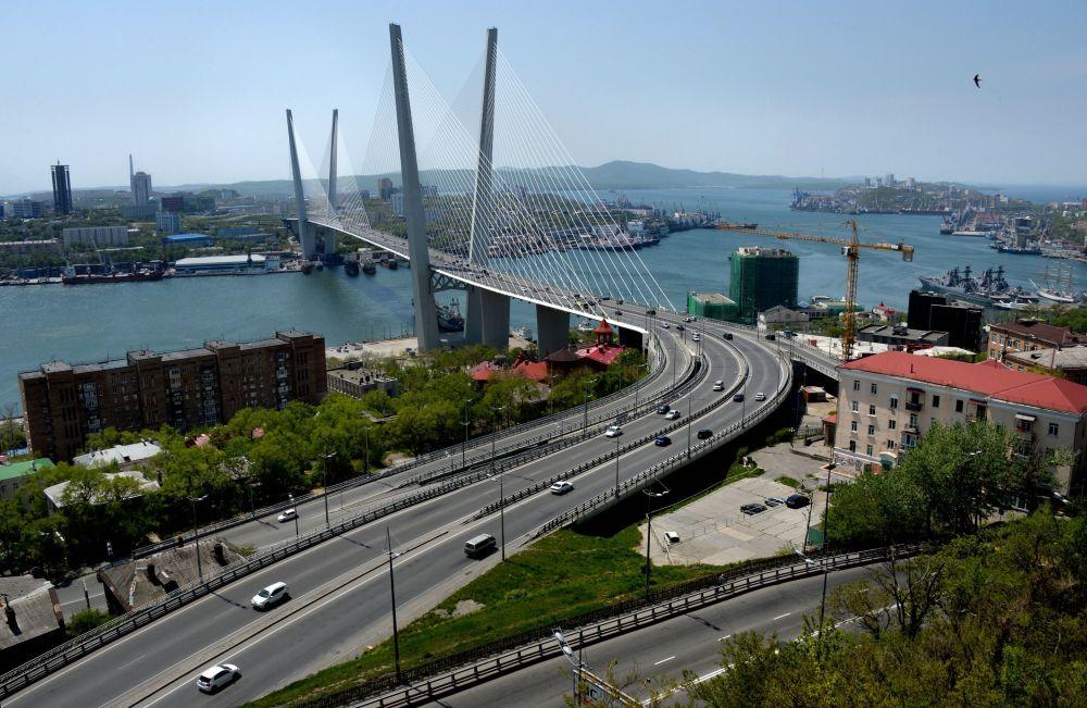 Most przez zatokę Złoty Róg we Władywostoku.