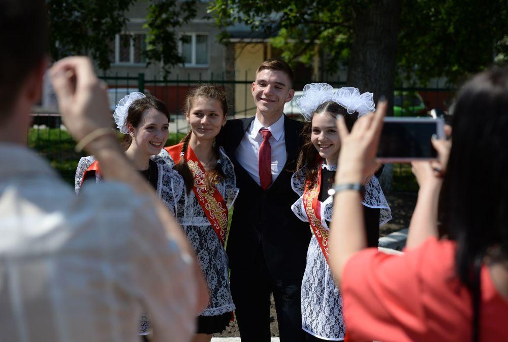 Uczniowie na uroczystości zakończenia edukacji w szkole nr 17 w Nowosybirsku.