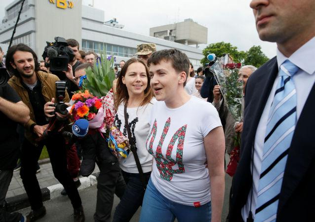 Ukraińska lotniczka Nadieżda Sawczenko i jej siostra Wiera Sawczenko na lotnisku Borispol