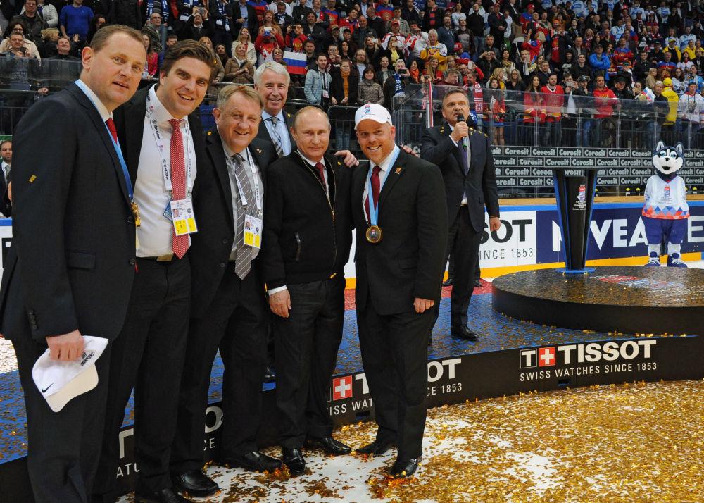 Prezydent Rosji Władimir Putin na ceremonii wręczenia nagród zwycięzcom Mistrzostw Świata w Hokeju.