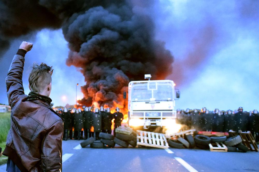 Mężczyzna protestujący przeciwko reformie prawa pracy we Francji.
