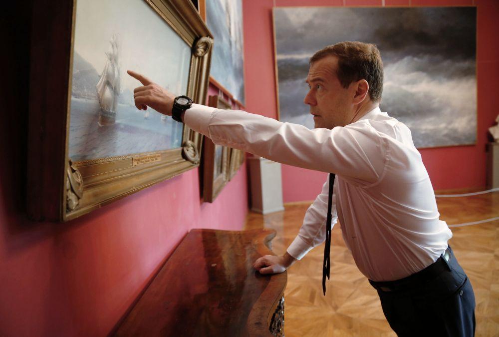Premier Rosji Dmitrij Miedwiediew przy obrazie I.K. Ajwazowskiego Flota Czarnomorska do wojny krymskiej w teodozyjskiej redzie.