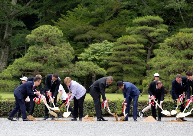 Liderzy krajów G7 podczas sadzenia drzew przy świątyni Ise Jingū w Japonii.