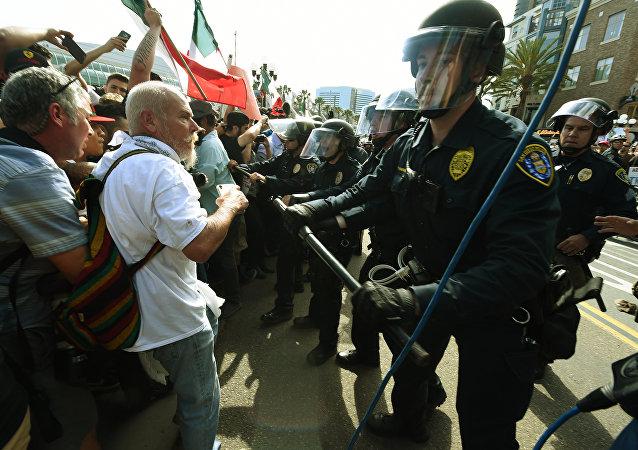 Demonstracje na wiecu Trumpa w San Diego