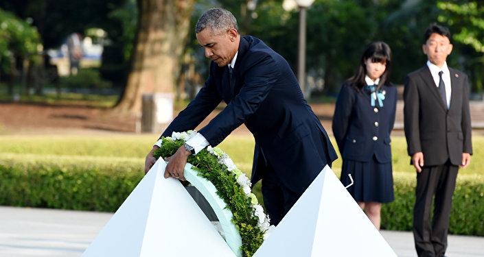 Prezydent USA Barack Obama składa wieniec pod pomnikiem upamiętniającym ofiary amerykańskiego ataku nuklearnego w Hiroszimie