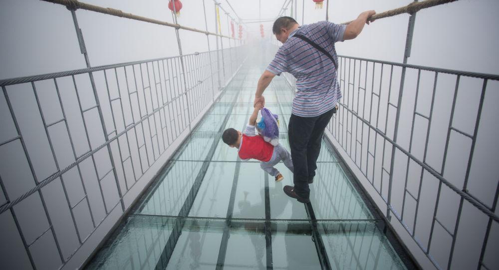 Szklany most w Narodowym Parku Zhangjiajie (prowincja Hunan), Chiny.