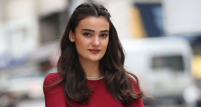 Turecka modelka Merve Boluğur