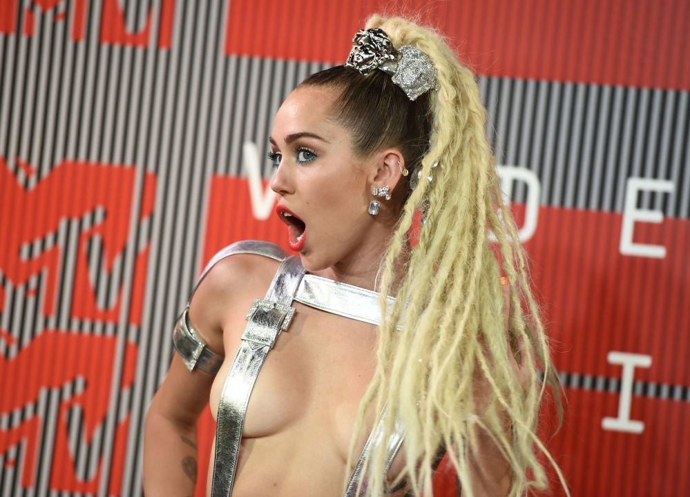 Jedna z najbardziej znanych blondynek – amerykańska piosenkarka i aktorka Miley Cyrus. Jest ona znana ze swojego śmiałego zachowania, skąpych strojów i ekscentrycznych wybryków – zarówno na scenie, jak i w życiu.