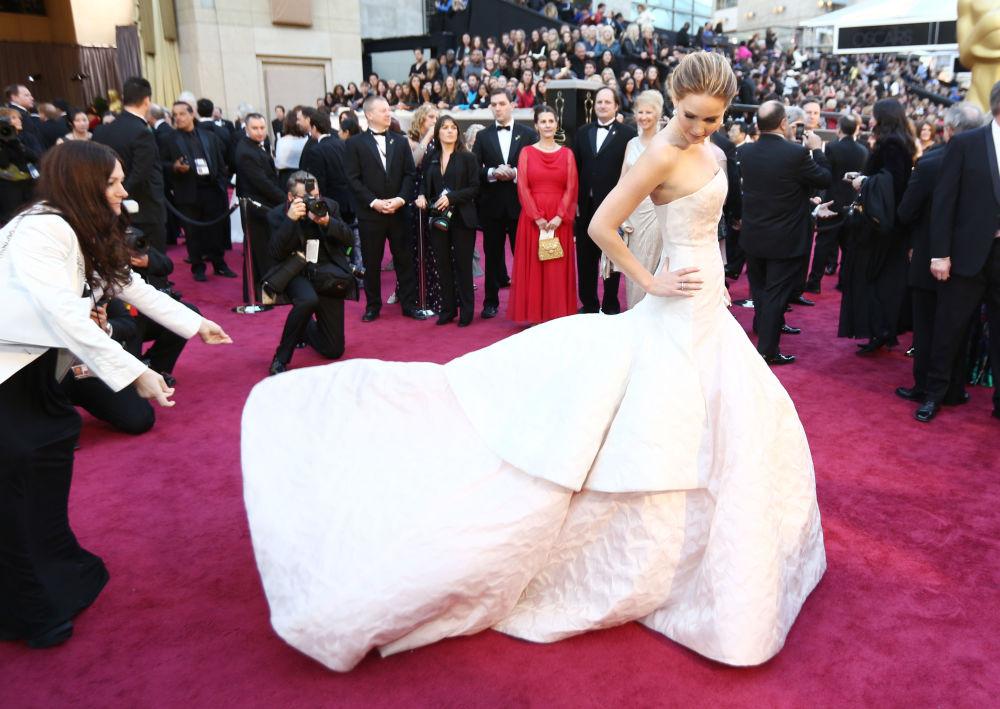 """Mimo młodego wieku złotowłosa amerykańska aktorka Jennifer Lawrence jest bardzo popularna. Zdobywając sławę w znanym filmie """"Igrzyska śmierci"""", w wieku 22 lat zdobyła """"Oscara"""" i """"Złoty Glob"""" w kategorii """"Najlepsza aktorka pierwszoplanowa""""."""