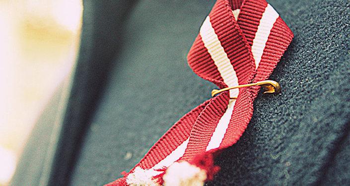 Wstążka z kolorami flagi Łotwy