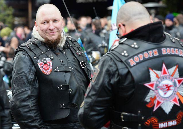 """Uczestnicy rajdu Moskwa-Berlin zorganizowanego przez klub motocyklowy """"Nocne Wilki"""" przed wyruszeniem w drogę."""
