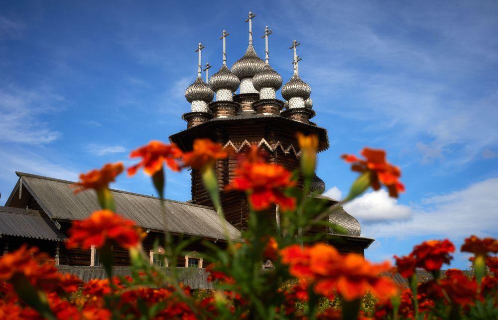 Integralna część kiżskiego zespołu architektonicznego – cerkiew Pokrowskaja wybudowana w 1764 roku.