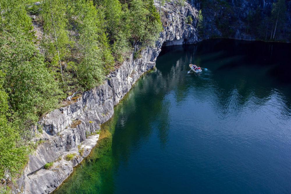 """Marmurowy kanion w parku górskim """"Ruskeala"""", napełniony najczystszymi wodami gruntowymi – jedno z najpiękniejszych miejsc w Karelii. Dawniej stanowił źródło wydobycia różnych rodzajów marmuru. Połączenie niepowtarzalnej przyrody i działalności człowieka nadaje mu niesłychanie zjawiskowego wyglądu, który przyciąga podróżników i miłośników pięknych widoków."""