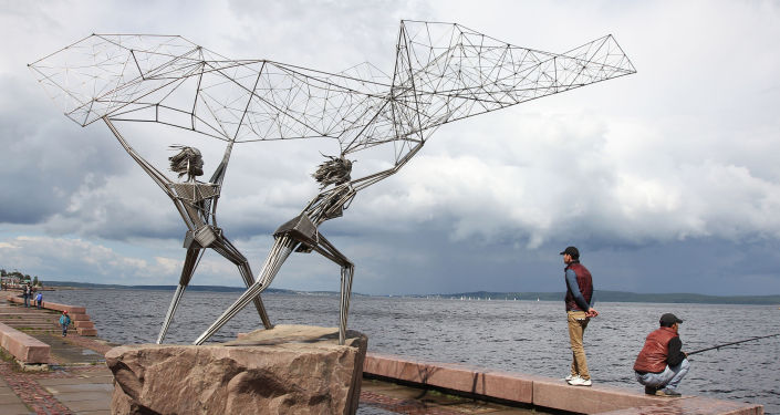 """Bulwar przy jeziorze Onega w Pietrozawodzku zdobi grupa rzeźb """"Rybacy"""". Przedstawia ona dwóch rybaków, którzy zarzucają sieci w jezioro. Kompozycja przyjechała do Pietrozawodzka z amerykańskiego miasta partnerskiego Duluta (stan Minnesota). Autor dzieła Rafael Consuegro, który osobiście brał udział w montowaniu rzeźby w Karelii, chciał przedstawić w ten sposób przyjaźń pomiędzy dwoma miastami – oto dwóch rybaków – karelski i amerykański – zajmuje się wspólną pracą."""