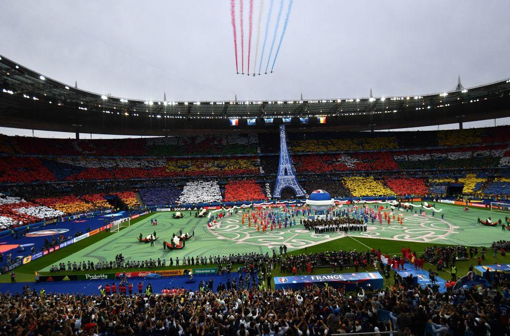 Pokazy lotnicze podczas ceremonii otwarcia Mistrzostw Europy w Piłce Nożnej we Francji