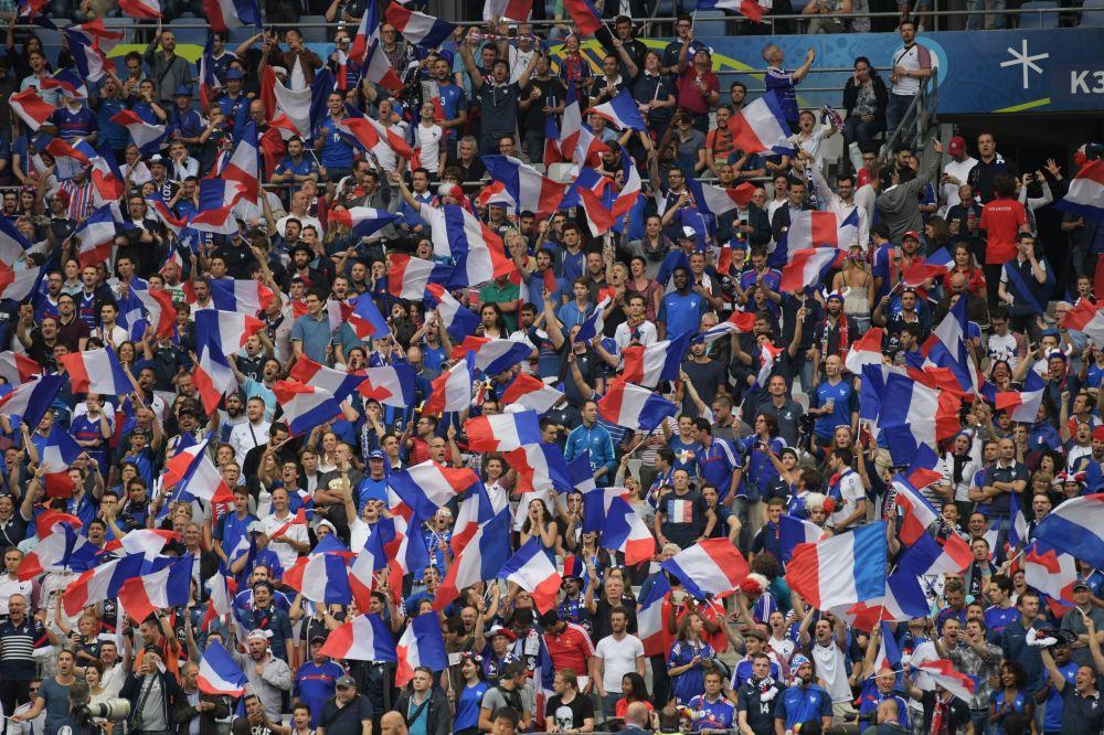 Francuscy kibice podczas ceremonii otwarcia Mistrzostw Europy w Piłce Nożnej we Francji