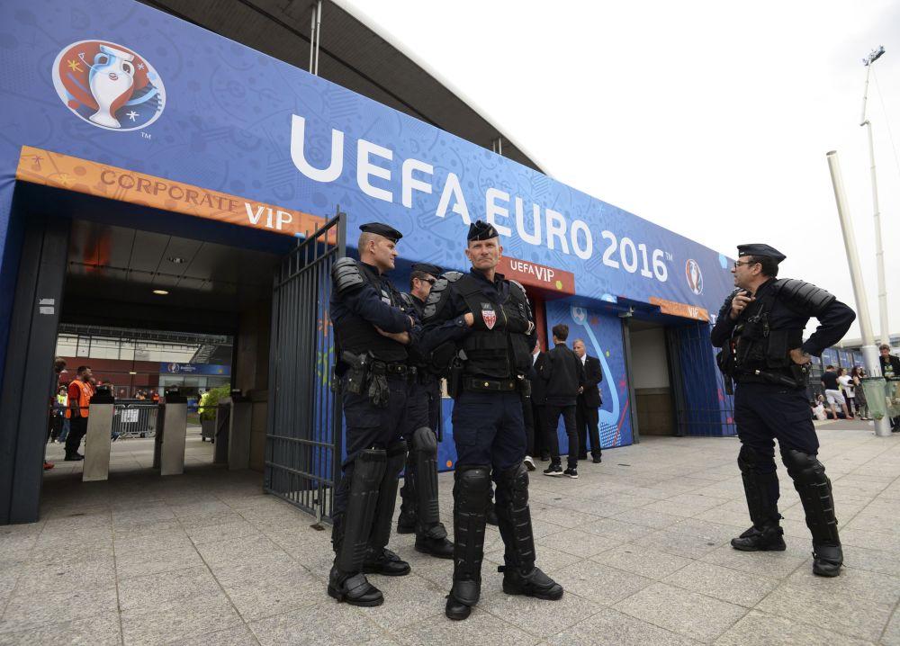 Policjanci podczas ceremonii otwarcia Mistrzostw Europy w Piłce Nożnej we Francji