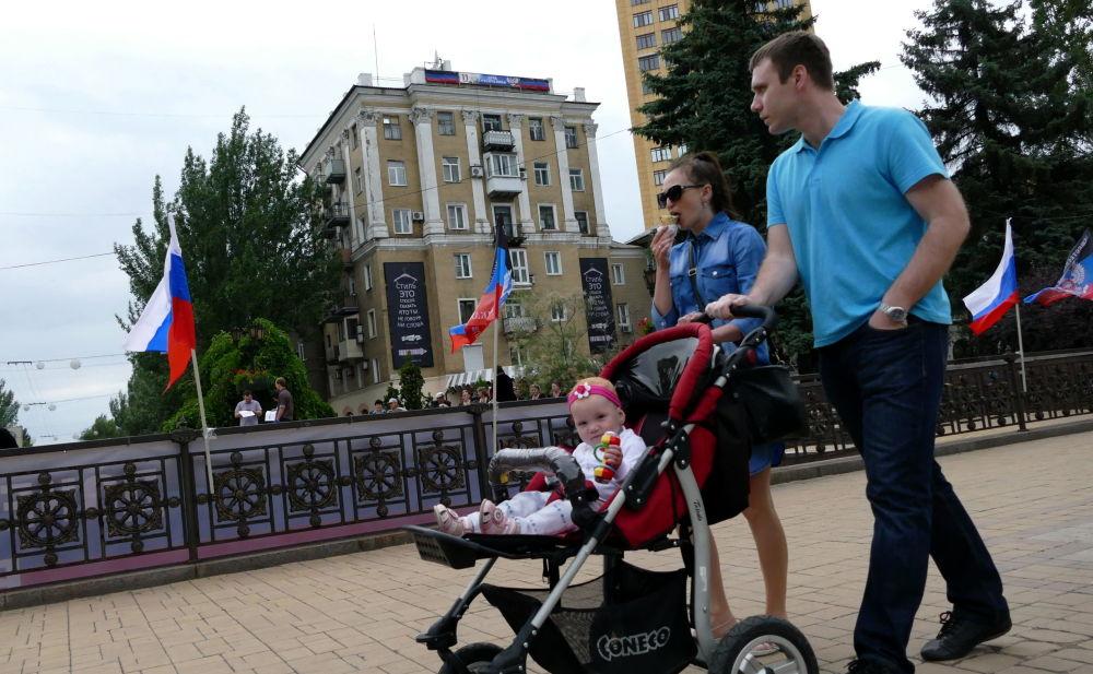 Uczestnicy obchodów Dnia Rosji w Doniecku