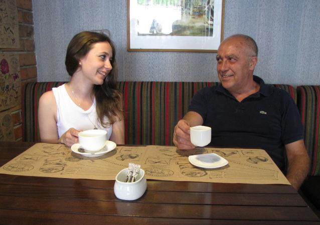 Włoch Roberto Lochicheiro Vaina z żoną we włoskiej restauracji w Symferopolu