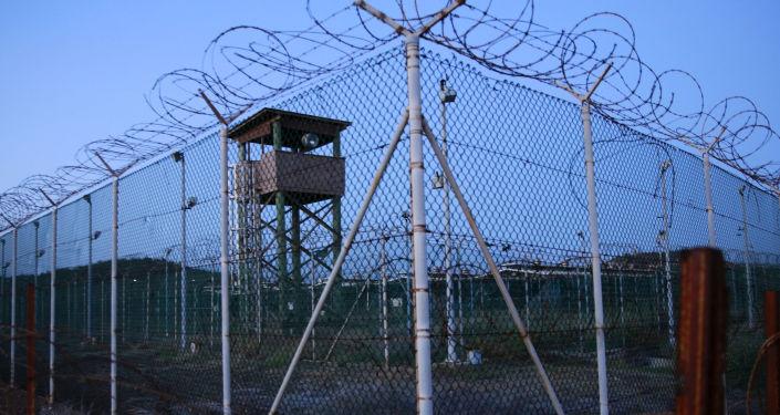 Ogrodzenie i wieża więzienia Guantanamo na Kubie