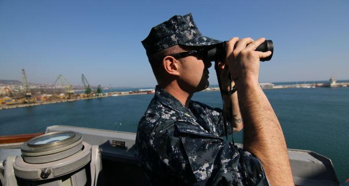 Amerykański wojskowy na pokładzie niszczyciela w porcie Warny podczas wspólnych ćwiczeń wojenno-morskich Rumunii, Bułgaria i USA na Morzu Czarnym