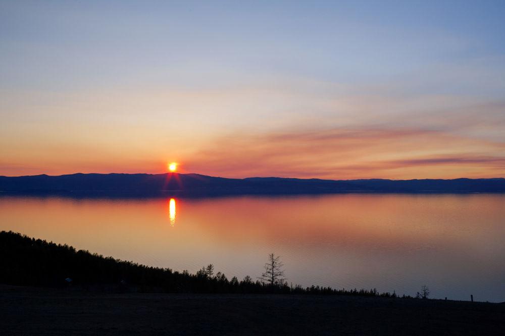 Zachód słońca w pobliżu półwyspu Hoboj na północny kraj wyspy Olchon położonej na jeziorze Bajkał