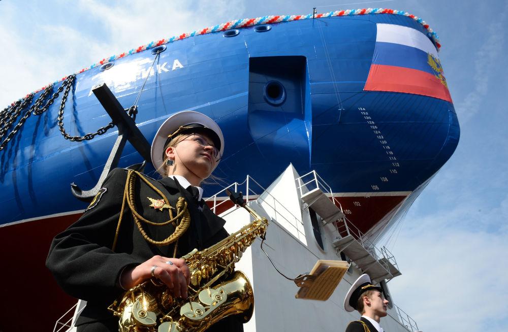 """Ceremonia zwodowania lodołamacza """"Arktyka"""" z udziałem orkiestry dętej rosyjskiej marynarki wojennej."""