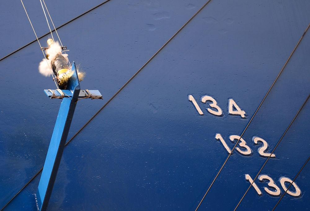 Marynarze uważają, że jeśli butelka rozbije się, to kolejne rejsy okrętu będą udane.