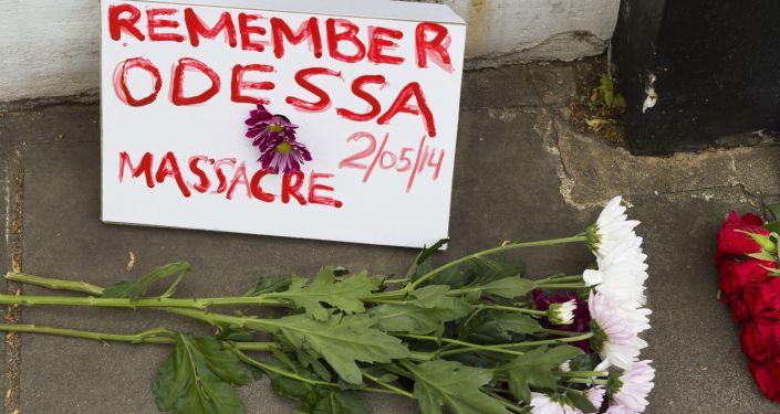 Kwiaty w pobliżu ukraińskiej ambasady w Londynie w pamięci tych, którzy zginęli w Domu Związków Zawodowych w Odessie, 2 maja 2014