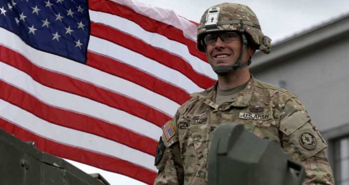 Wojskowy podczas defilady amerykańskiego sprzętu opancerzonego Dragoon Ride w łotewskim Dyneburgu
