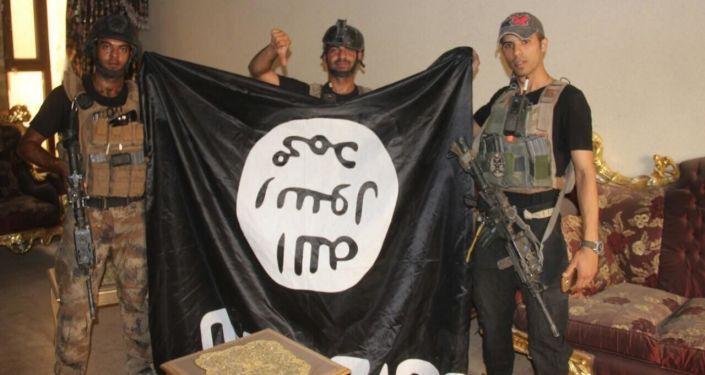 Iraccy żołnierze z flagą PI po wyzwoleniu miasta Al-Falludża