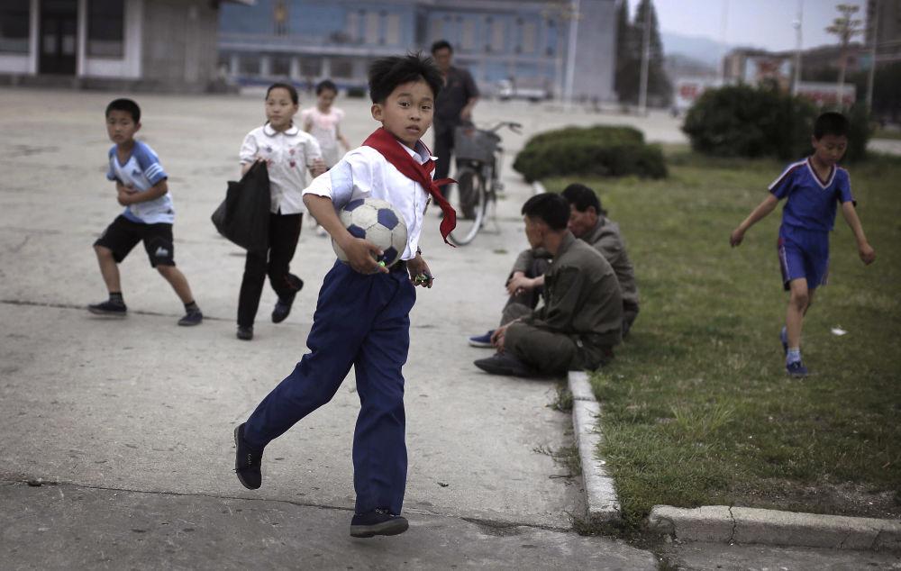 Samochód w Korei Północnej jest niezwykłym luksusem, na który zwykli ludzie nie mogą sobie pozwolić. Nie ma tu dużo aut, drogi są w zasadzie zawsze puste, dlatego dzieci bawią się na jezdni.