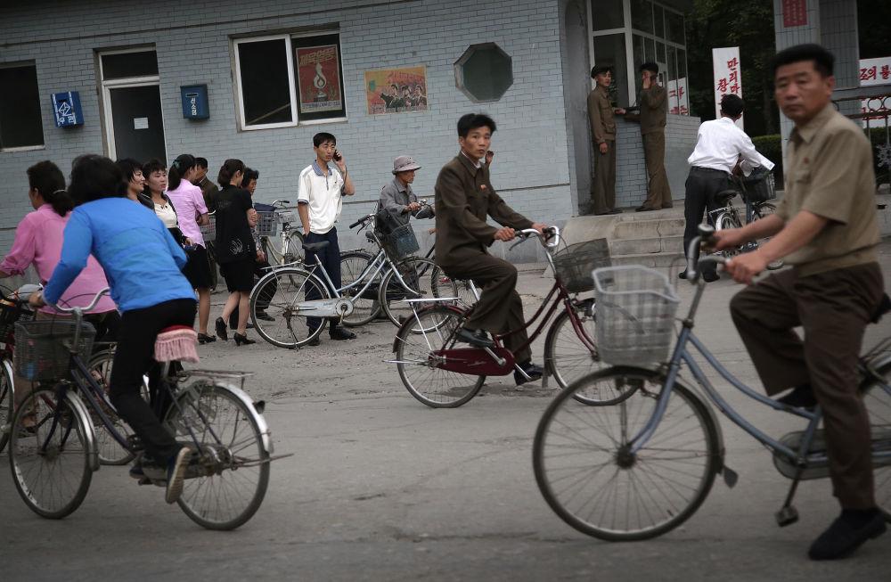 Ludzie przemieszczają się głównie pieszo lub na rowerach. Korzystają też z transportu publicznego.