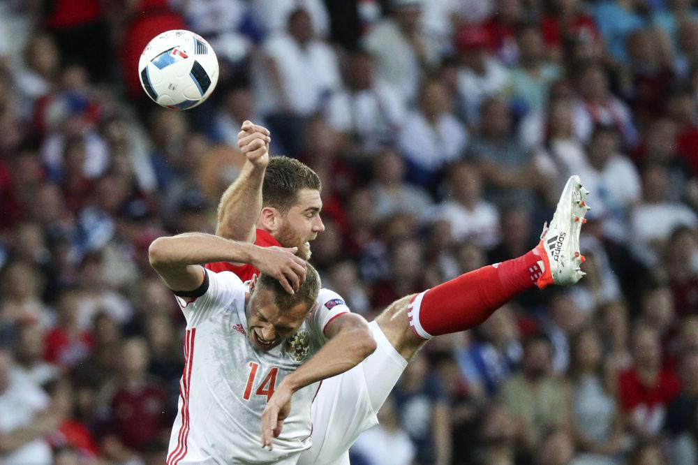 Gracz reprezentacji Rosji Wasilij Berezuckij i gracz reprezentacji Walii Sam Vokes w meczu etapu grupowego Mistrzostw Europy w Piłce Nożnej – 2016