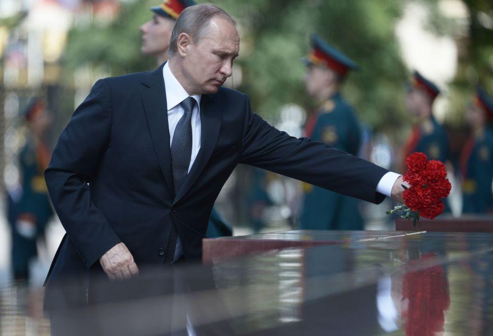 Prezydent Rosji Władimir Putin składa goździki na Grobie Nieznanego Żołnierza w Ogrodzie Aleksandryjskim