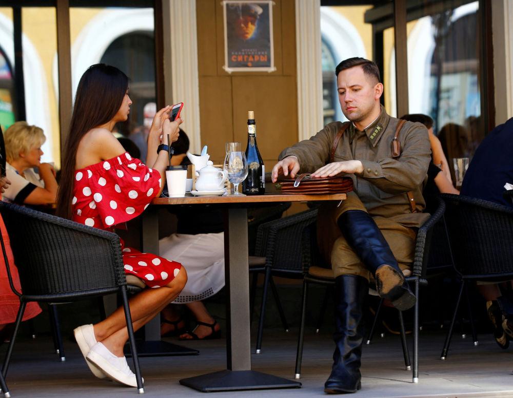 Mężczyzna w kostiumie żołnierza Armii Czerwonej z II wś w kawiarni w Brześciu