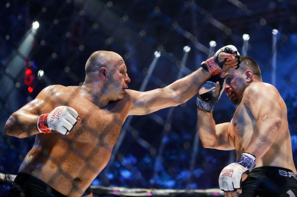 Walka między Fiodorem Jemelianienko i Fabio Maldonado podczas turnieju walk mieszanych w Petersburgu