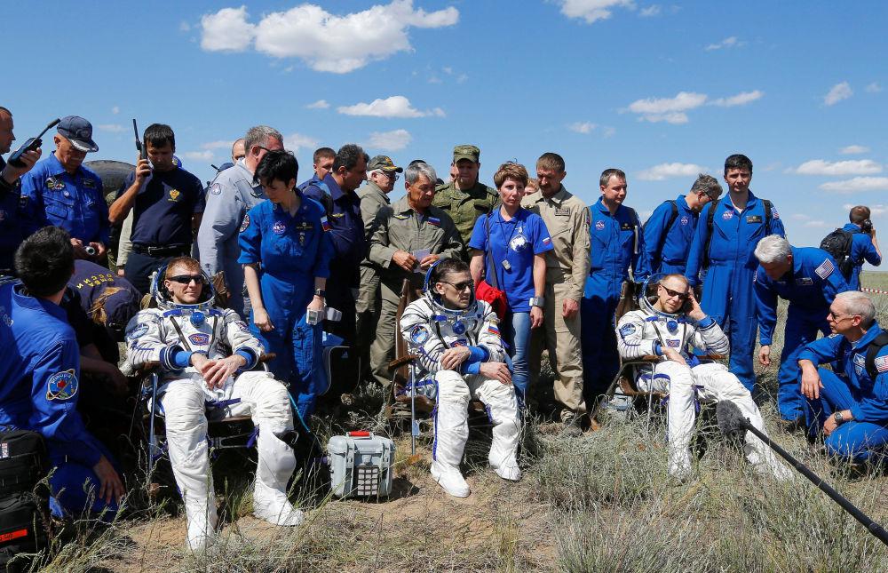 Astronauta Timothy Peake, kosmonauta Jurij Malenczenko i astronauta Timothy Kopra po lądowaniu kapsuły statku Sojuz TMA-19M w Kazachstanie