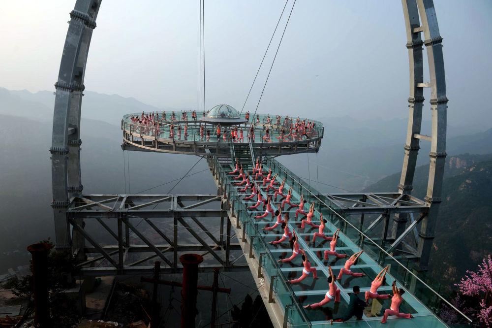 Joga na szklanej platfomie w Chinach