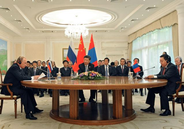 Prezydent Rosji Władimir Putin, przewodniczący ChRL Xí Jìnpíng i prezydent Mongolii Cachiagijn Elbegdordż w czasie szczytu SOW w Taszkiencie
