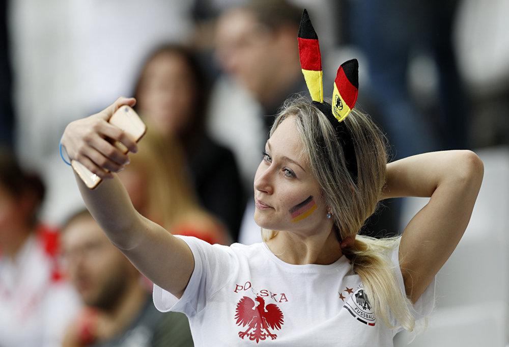 Kibicka na meczu Polska- Niemcy podczas Euro 2016