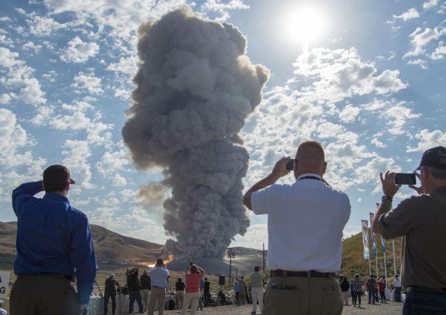 Próby superciężkiej rakiety nośnej Space Launch System na poligonie na pustynie, Utah