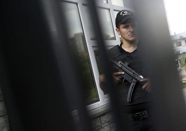 Przedstawiciel tureckiej policji na terytorium szpitala w Stambule