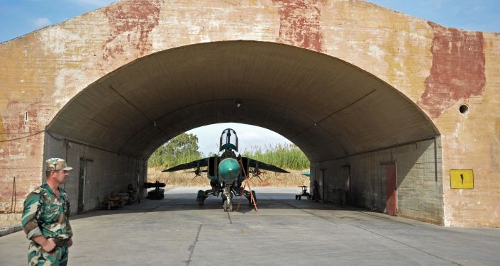 """Samolot MiG-23 Sił Powietrznych Syrii w bazie lotniczej """"Hama"""" na przedmieściach miasta Hama w syryjskiej prowincji Hama"""