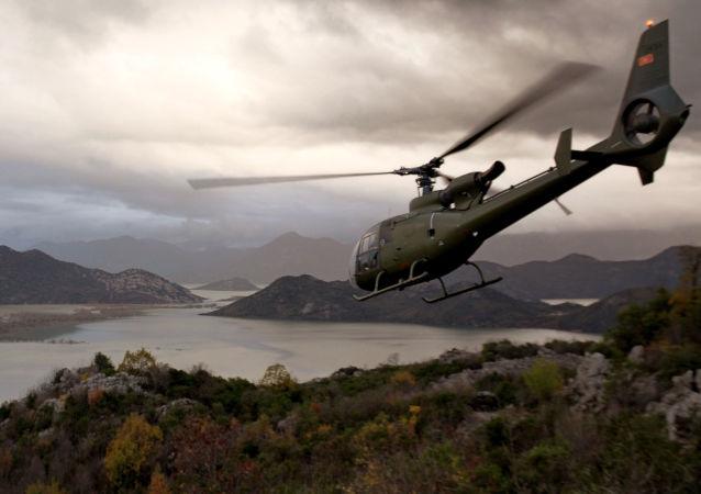 Śmigłowiec czarnogórskiej armii nad jeziorem Skadar