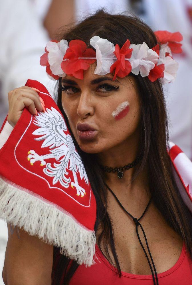 Polska kibicka w Marsylii na meczu pomiędzy reprezentacjami Polski i Portugalii podczas Mistrzostw Europy w piłce nożnej.