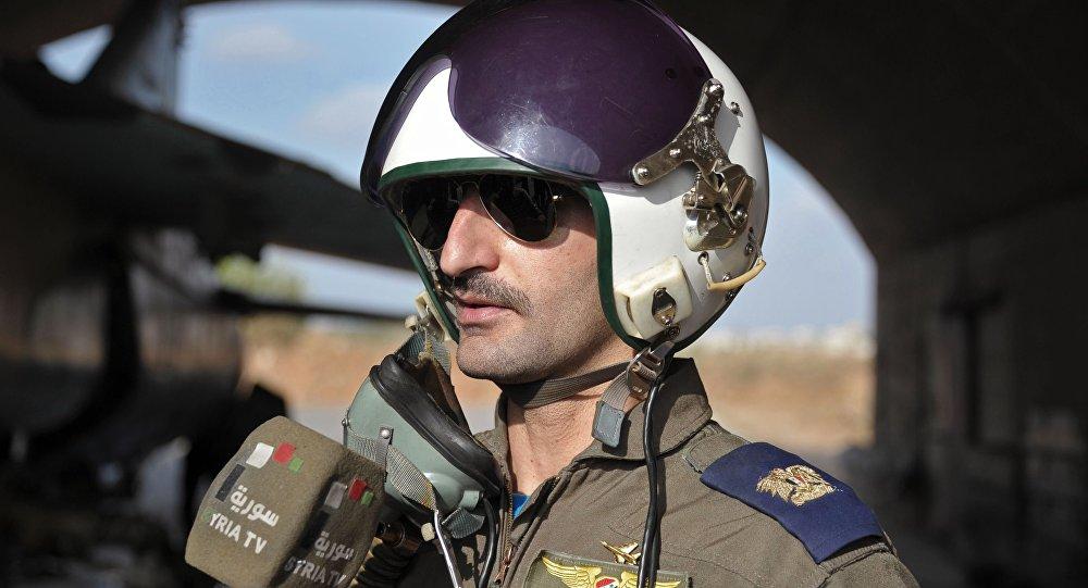 Pilot syryjskich sił powietrznych w bazie Hmeimim