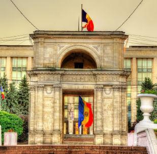 Mołdawska flaga i Łuk Triumfalny w Kiszyniowie